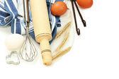 vaření koncepce. základní pečící ingredience a kuchyňské nářadí izolované na bílém
