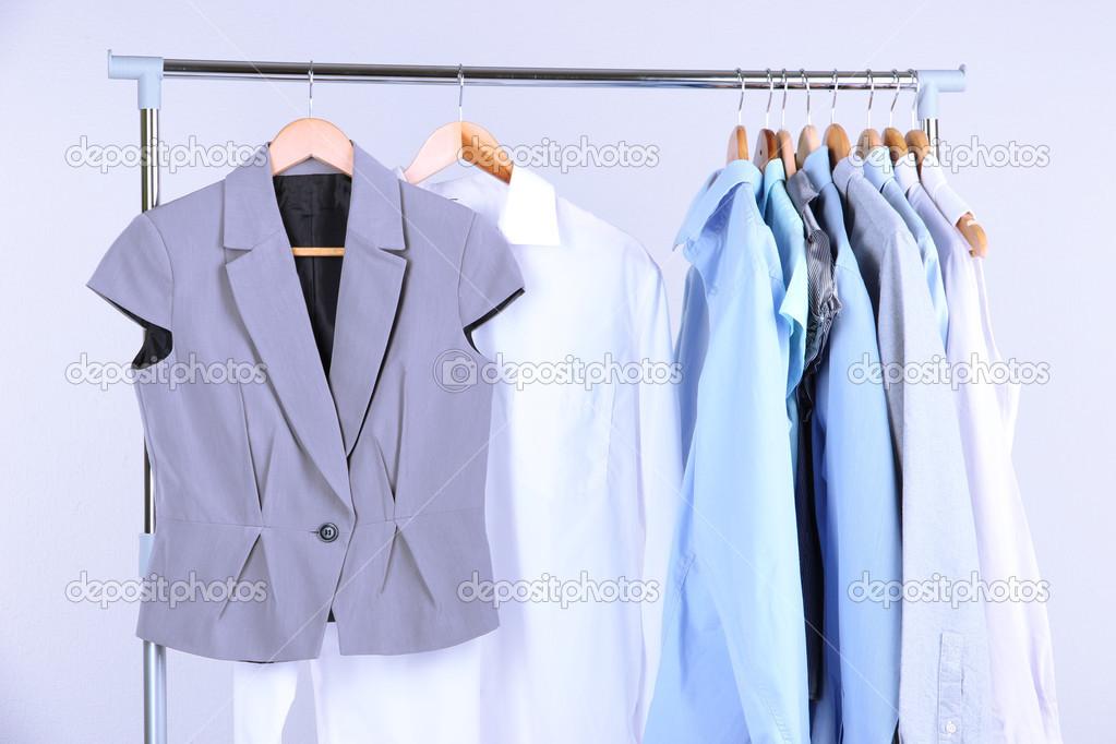 7efc78c4ab9f Γραφείο ρούχα σε κρεμάστρες