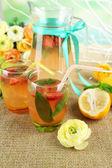 bazalka limonádu s jahodou ve džbánu a sklo, na dřevěný stůl, na světlé pozadí