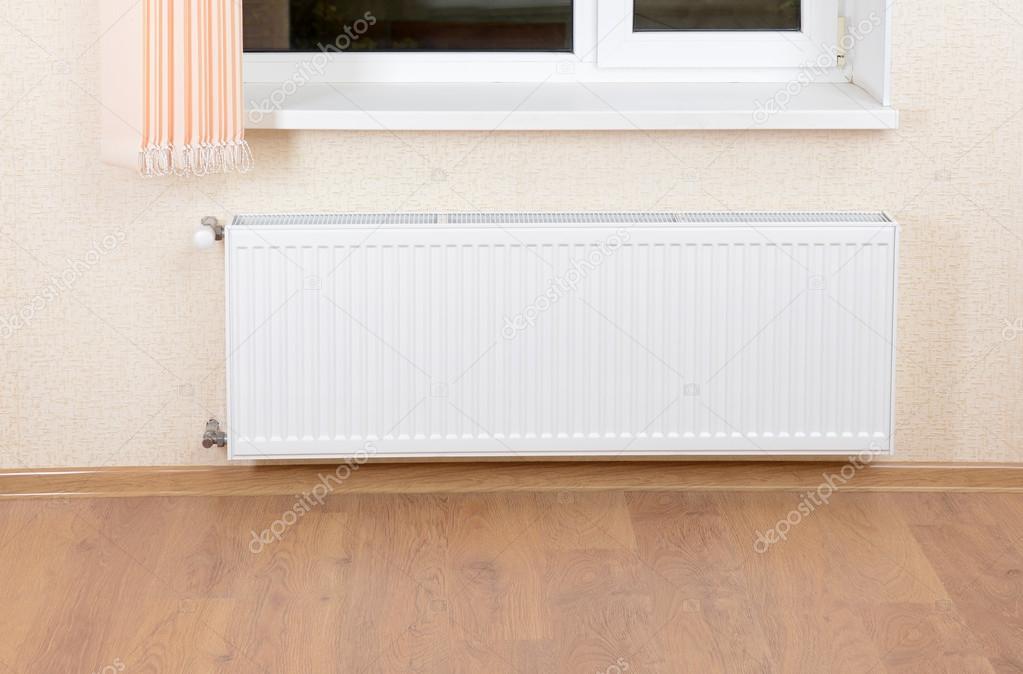 radiateur de chauffage de photo sous la fenêtre — photographie
