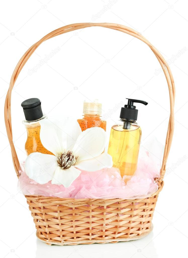 Geschenk-Korb mit Kosmetik, die isoliert auf weiss — Stockfoto ...