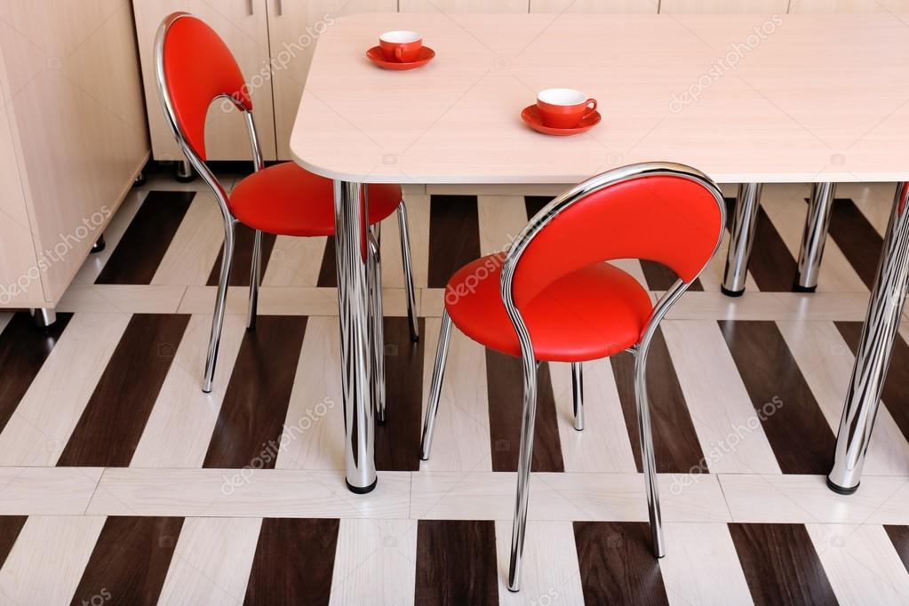 modernas sillas rojas junto a la mesa en la cocina — Fotos de Stock ...