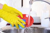 Fotografie Uzavřete ruce ženy, mytí nádobí v kuchyni