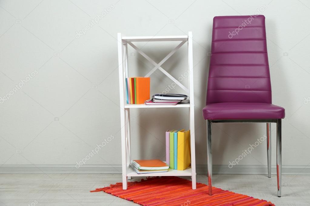 hermoso interior con silla color moderna, libros sobre soporte de ...