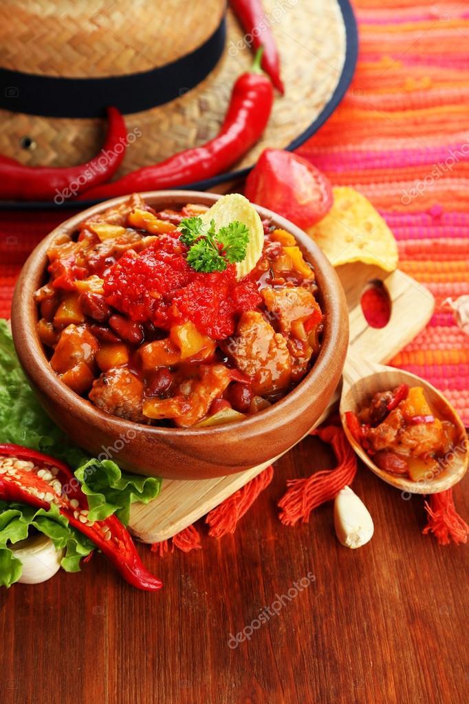 Chili ma s carne cuisine mexicaine traditionnelle dans un bol en bois sur la serviette sur - Cuisine mexicaine traditionnelle ...