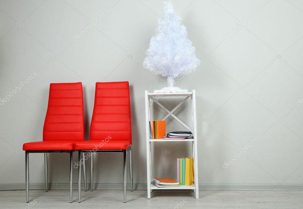 hermoso interior con sillas modernas color, libros sobre soporte de ...
