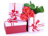 Krásné dárkové krabičky s květinami izolovaných na bílém