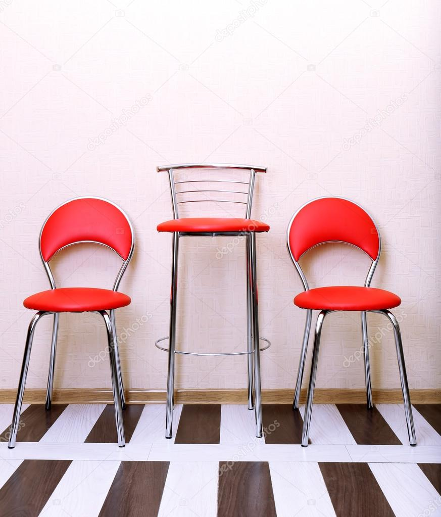 interni belli con sedie in pelle moderne sul pavimento in legno ...