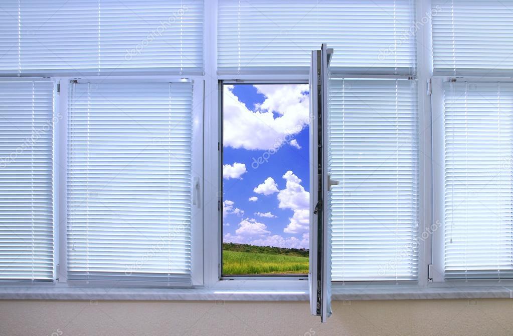 Offenes fenster himmel  Blick durch ein offenes Fenster im Zimmer — Stockfoto #36959689