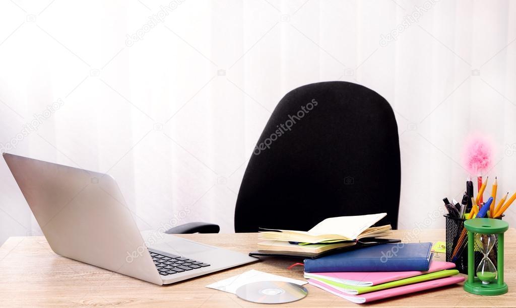 Office Desktop Im Hintergrund Zimmer Stockfoto C Belchonock 37094483