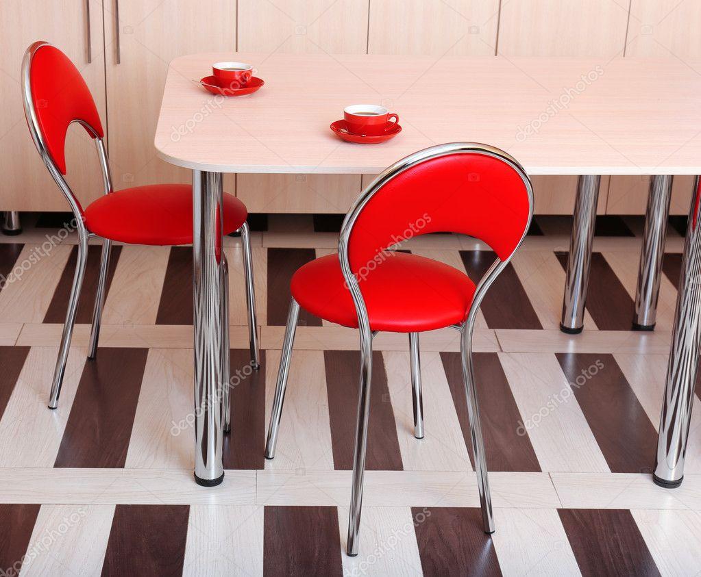 Sedie Rosse Cucina : Moderni sedie rosse vicino tavolo in cucina u foto stock