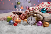 složení s plédy, svíčky a vánoční ozdoby, na bílém koberci na světlé pozadí