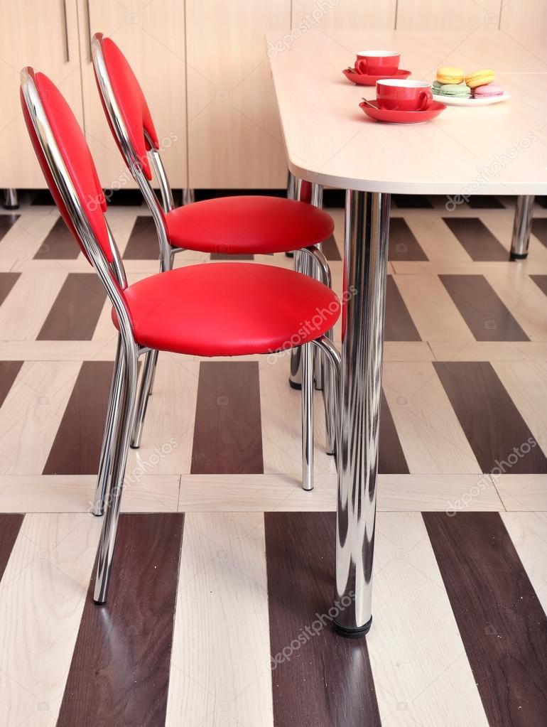 Moderni sedie rosse vicino tavolo in cucina foto stock for Sedie rosse cucina