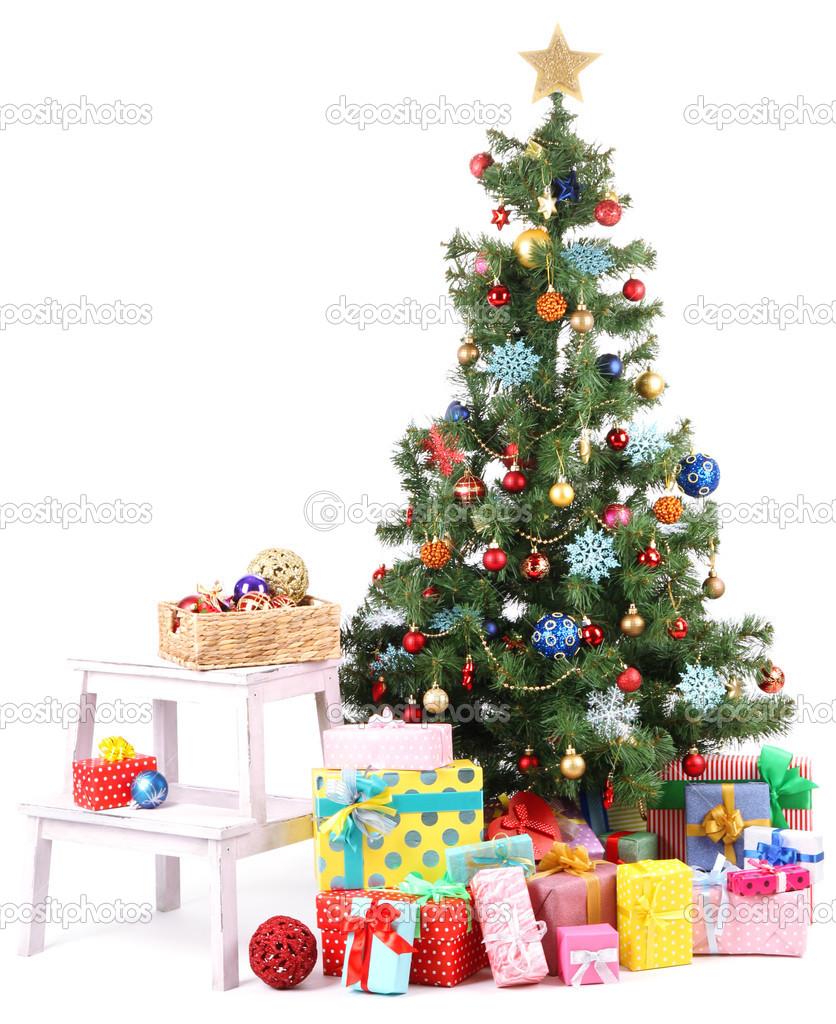 geschmückter weihnachtsbaum mit geschenken isoliert auf