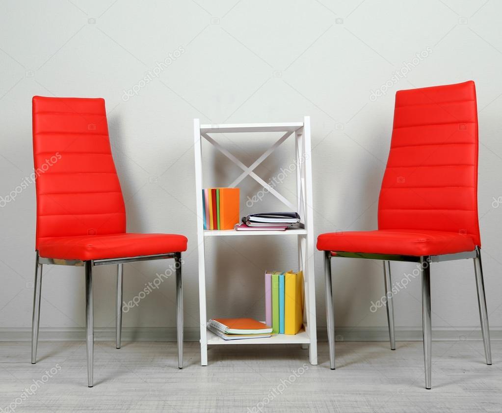 schönes Interieur mit modernen Farbe Stühle, Bücher über hölzerne ...