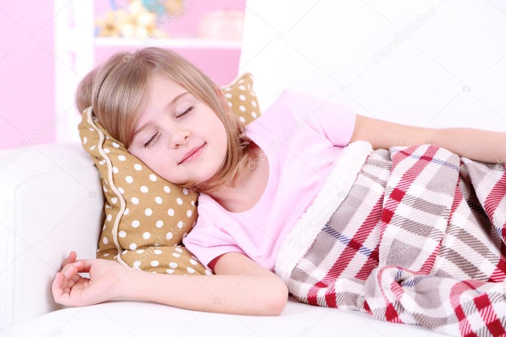 kleine m dchen schlafen auf dem sofa im zimmer stockfoto belchonock 38106519. Black Bedroom Furniture Sets. Home Design Ideas
