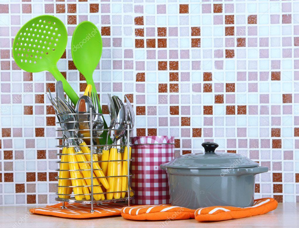 Tisch Mit Mosaikfliesen.Geschirr Und Besteck In Der Küche Am Tisch Auf Mosaik
