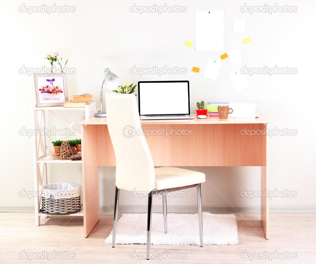 Arbeitsplatz zu Hause mit Laptop, Nahaufnahme — Stockfoto ...