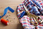 Společenský oblek, krejčovství, na dřevěné pozadí