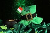 Svatý patrick den klobouk, hrnec zlatých mincí a Irská vlajka na zelené lesklé pozadí