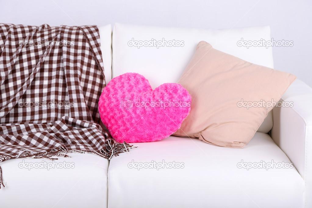 Divano Forma Rosa : Cuscini sul divano bianco a forma di cuore rosa u2014 foto stock