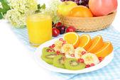 Sladké čerstvé ovoce na štítku na tabulka detail