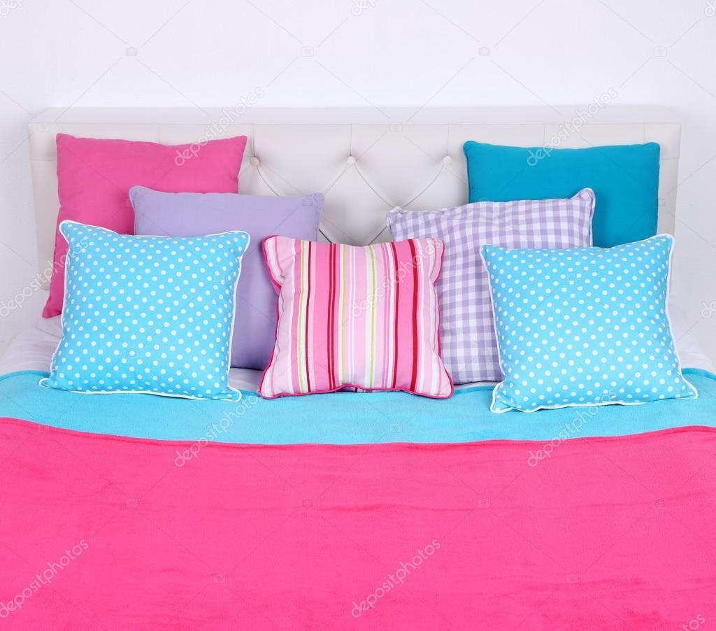 Кровать вид сверху. Кровать в номере крупным планом вид ...