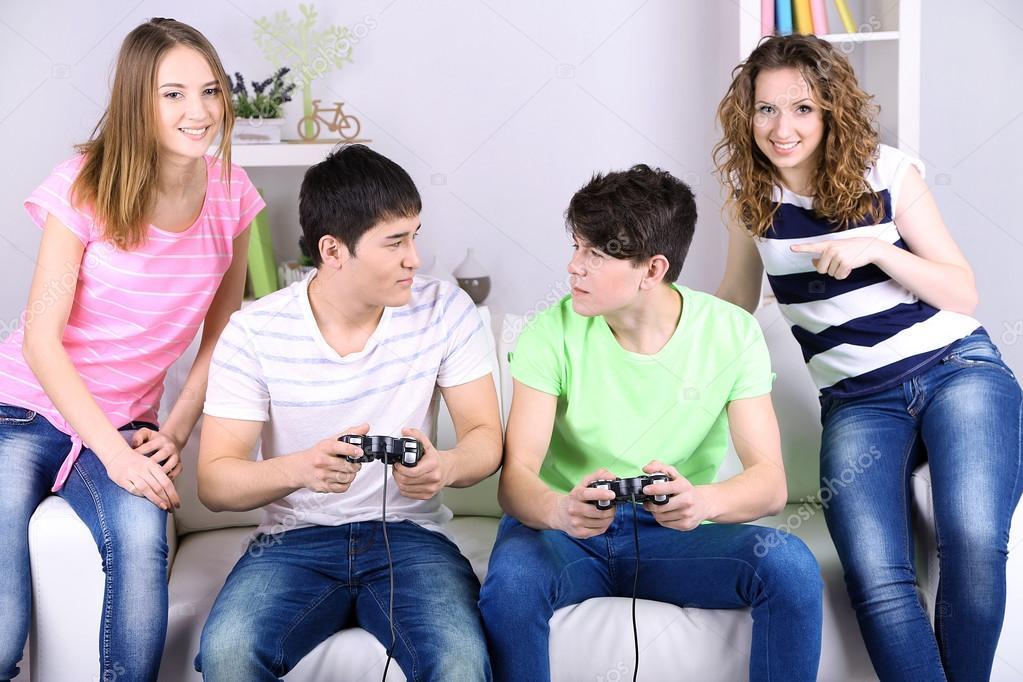 Домашние игры молодых пар, замужний трахает парня