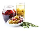 chutné olivy ve sklenicích, izolované na bílém