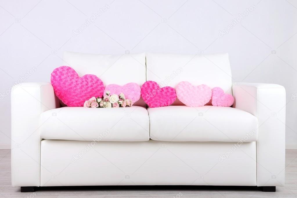 Divano Forma Rosa : Cuori rosa a forma di cuscino e fiori sul divano bianco u2014 foto stock