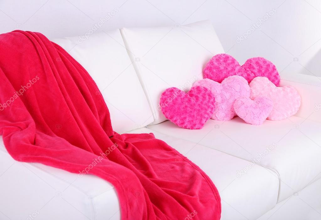 Divano Forma Rosa : Cuscini sul divano bianco a forma di cuore rosa u2014 stockfoto