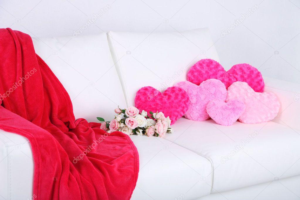 Divano Forma Rosa : Cuori rosa a forma di cuscini e fiori sul divano bianco u2014 foto stock