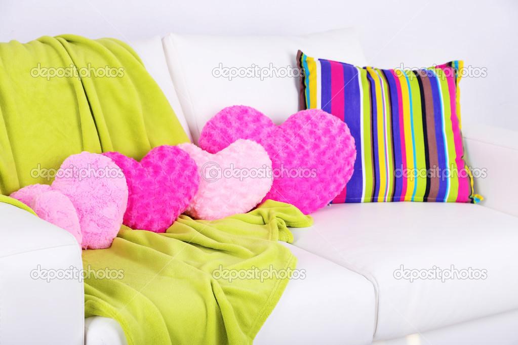 Divano Forma Rosa : Rosa a forma di cuore cuscini plaid sul divano bianco u2014 foto stock