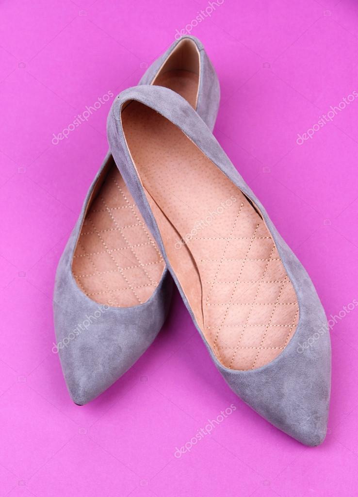 cf9e7bdf5 Sapatos femininos cinzento lindos, sobre fundo roxo — Fotografia de Stock