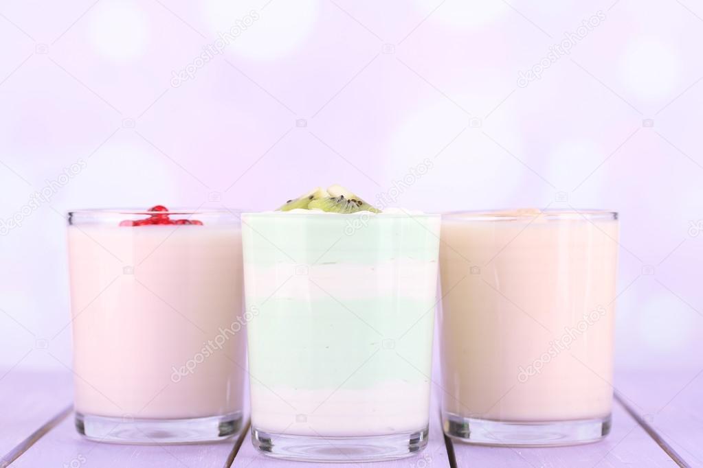 leckeren Joghurt mit Früchten schmeckt in Gläsern und frisches Obst ...