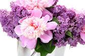 bellissimi fiori lilla e peonie in secchio metallico isolato su bianco
