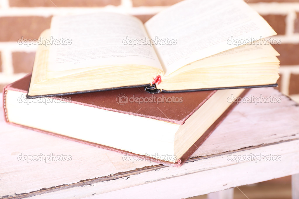 libros sobre la escalera de madera en el fondo de pared color ...