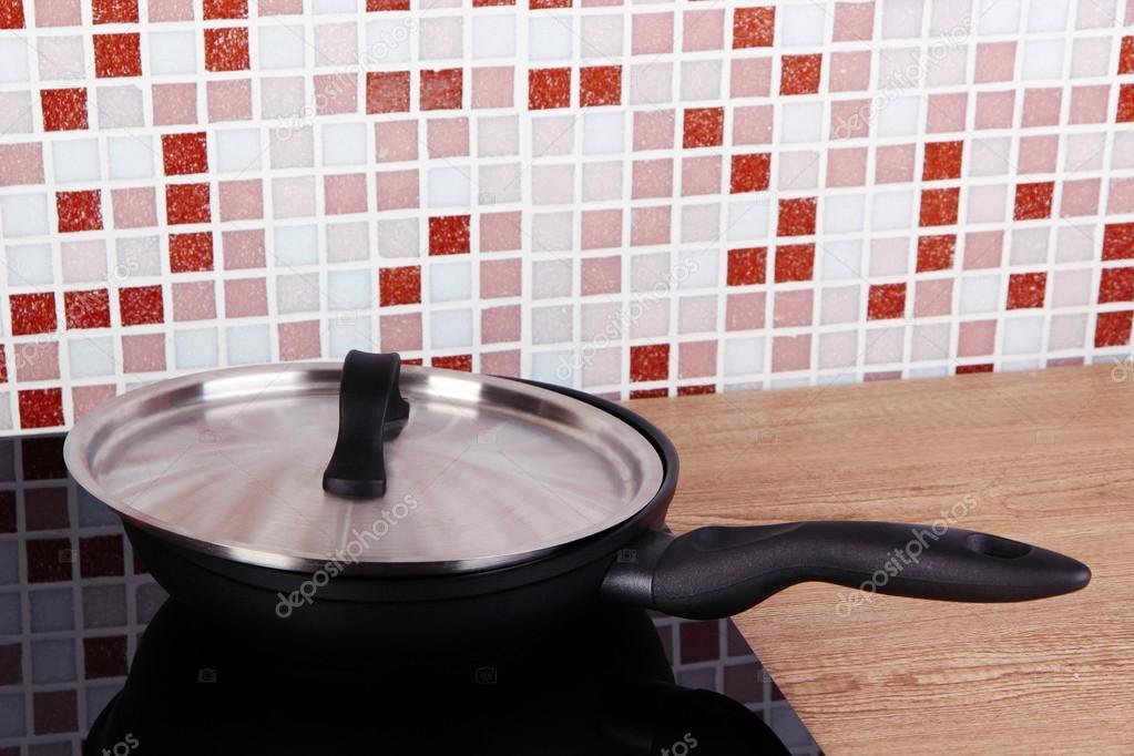 Mozaiek Tegels Keuken : Pot op fornuis in keuken op tafel op mozaïek tegels achtergrond