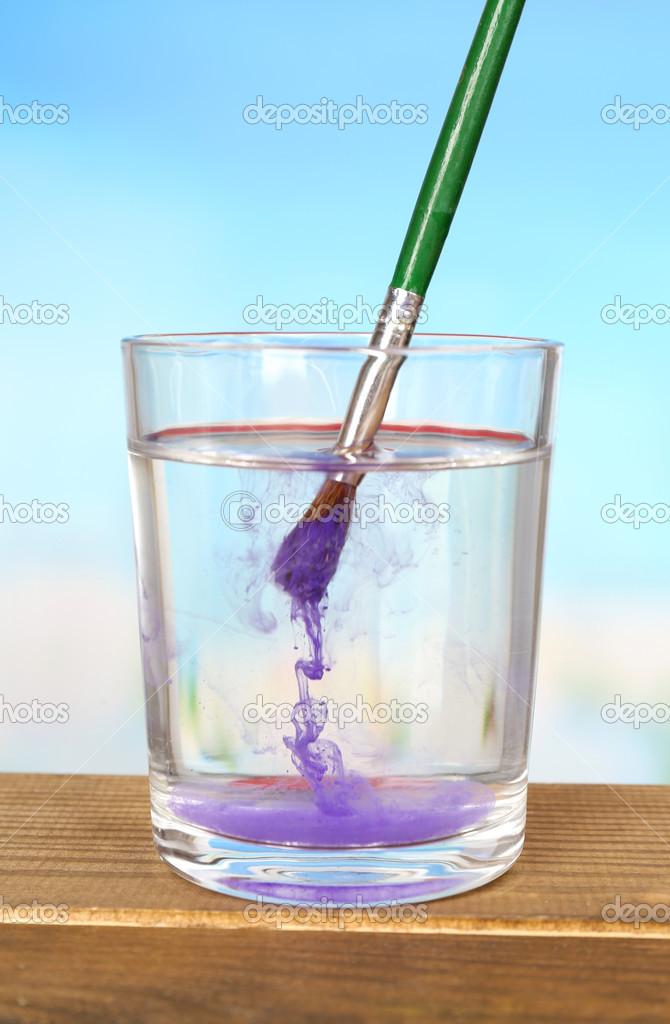 Pintar con pintura de color en vaso de agua en la mesa de for Color agua marina pintura