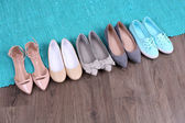 Weibliche Modeschuhe auf blauem Teppich