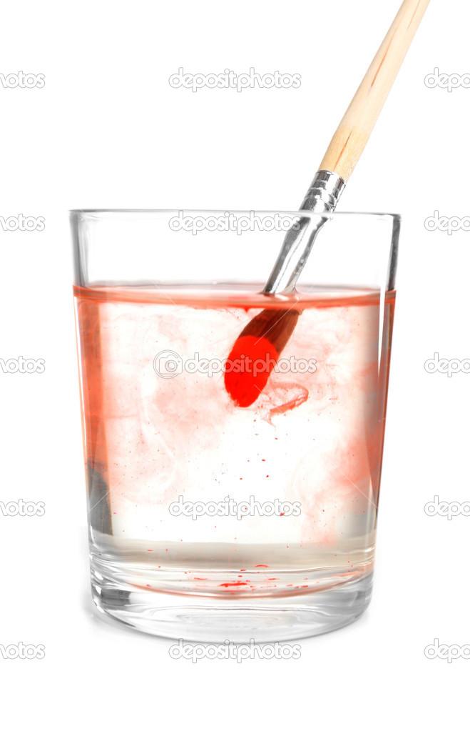 Pinsel mit Farbe in Glas Wasser, isoliert auf weiss — Stockfoto ...
