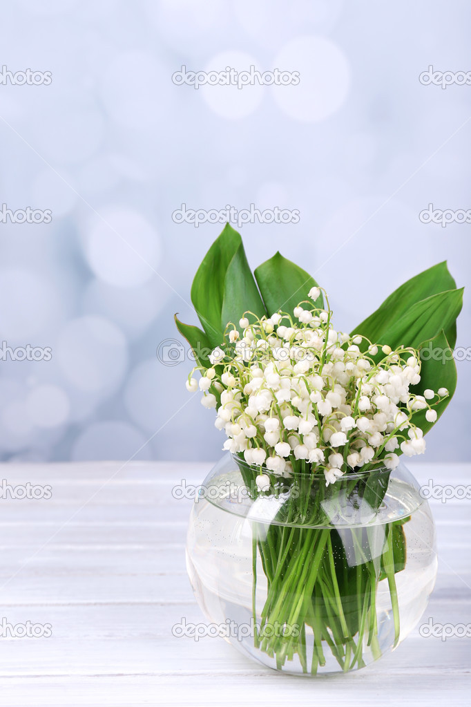 schöne Maiglöckchen in Glasvase auf Holztisch — Stockfoto ...