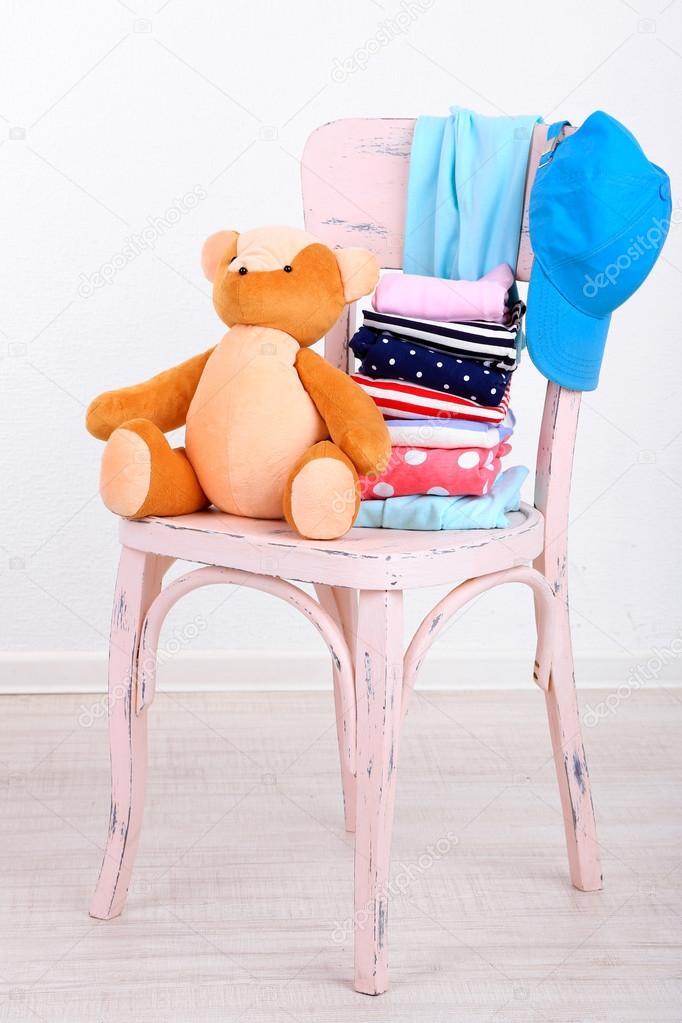 Kleidung Auf Stuhl Auf Graue Wand Hintergrund Stockfoto