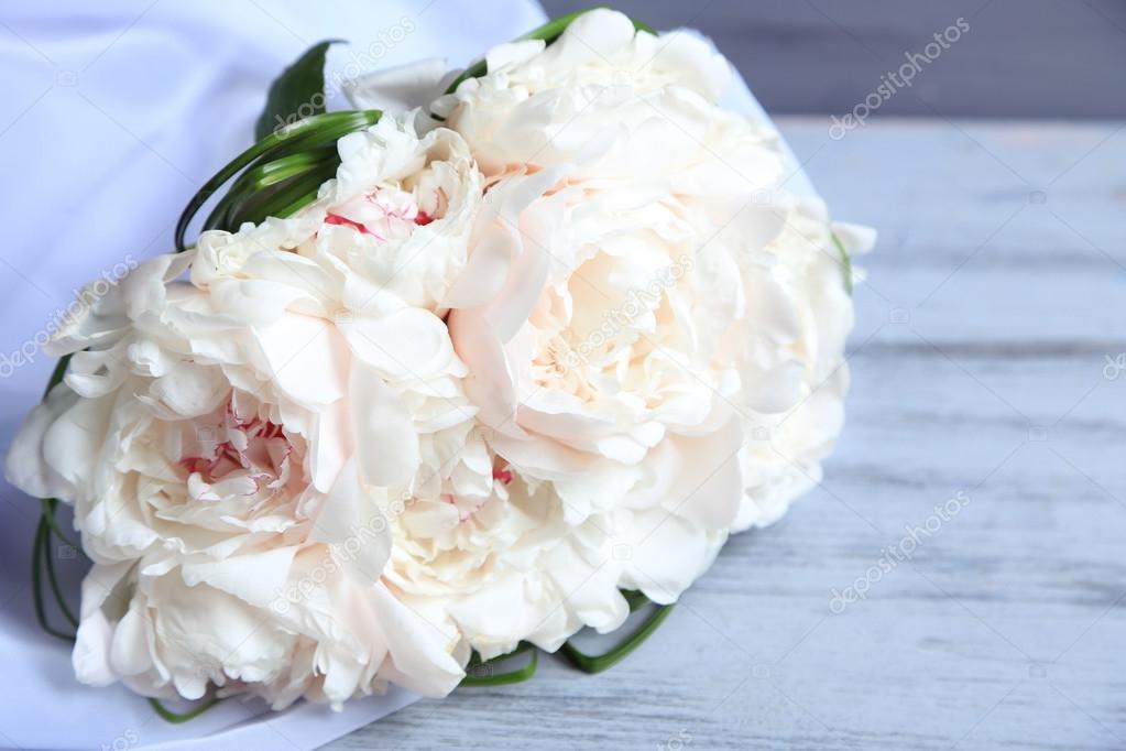 Schone Hochzeitsstrauss Auf Farbigem Hintergrund Holz Stockfoto