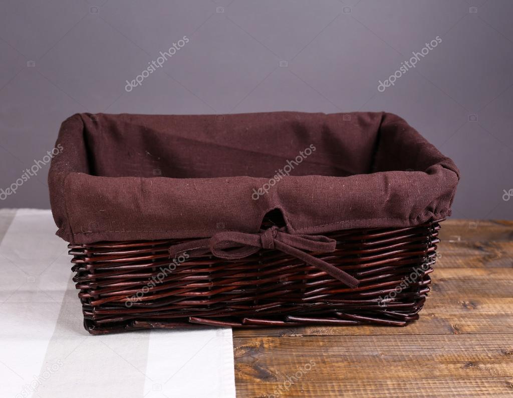 cesta de mimbre vacía en la mesa de madera 0c380114dc14