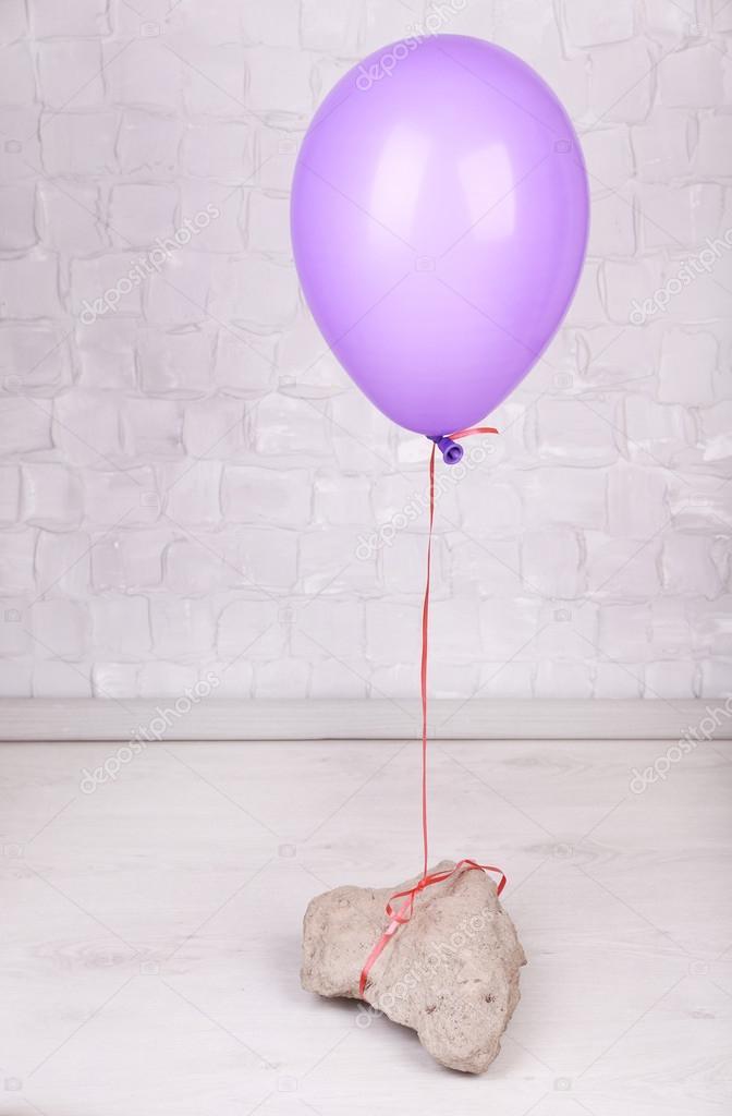 Farbe Ballon Mit Stein Auf Graue Wand Hintergrund U2014 Stockfoto #48325857