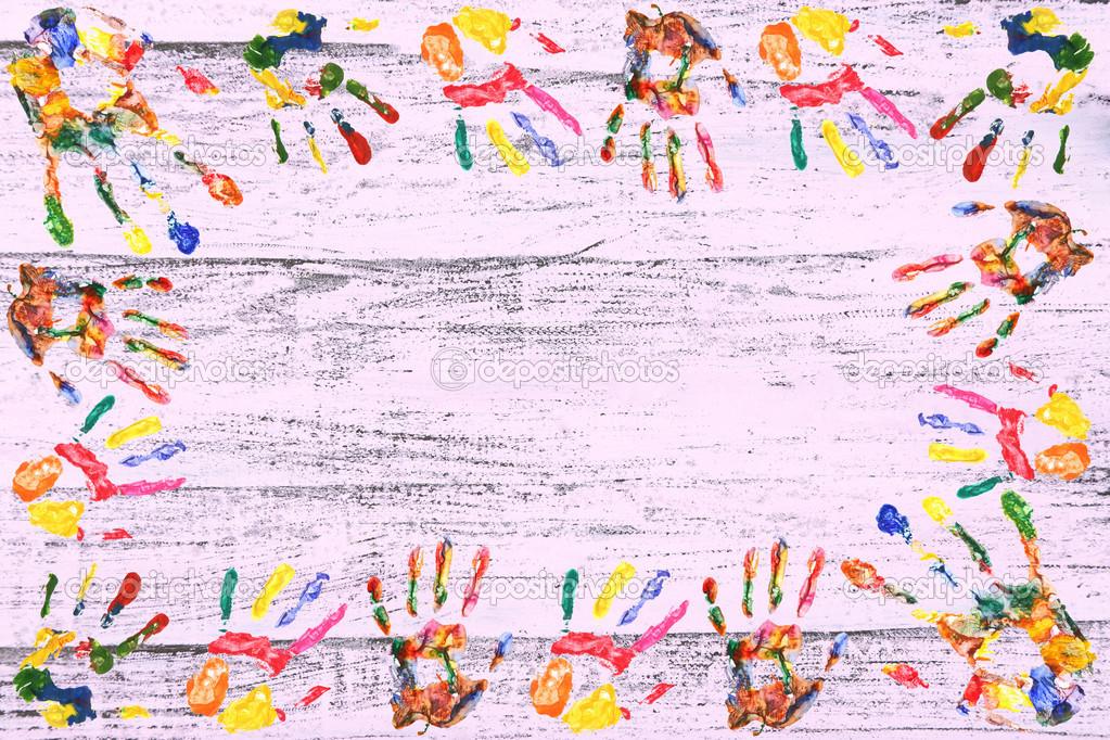 marco de color manos impresión sobre fondo de madera — Fotos de ...