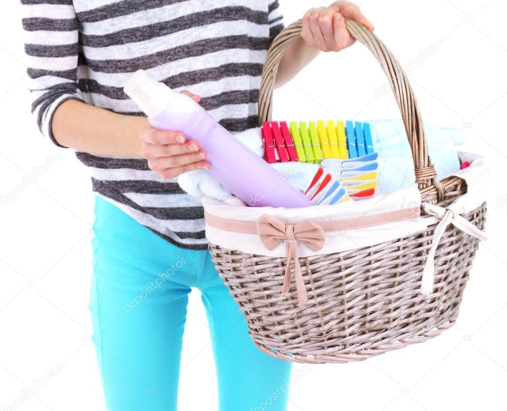 femme tenant le panier à linge avec des vêtements propres, des ...
