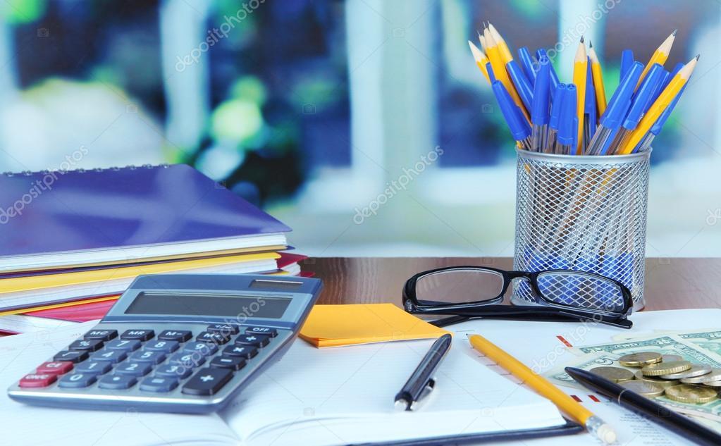 Forniture Per Ufficio : Forniture per ufficio con documenti e soldi sul tavolo u foto