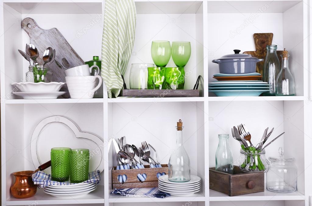 Przybory Kuchenne I Naczynia Na Piękne Białe Półki Zdjęcie